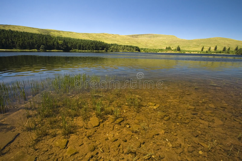 El lago en Brecon señala con almenara el parque nacional, País de Gales foto de archivo libre de regalías