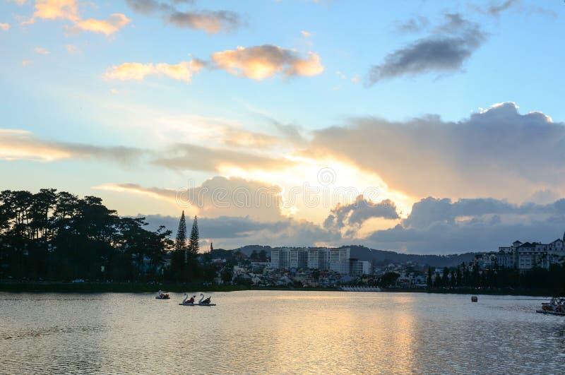 El lago en la puesta del sol en Dalat, Vietnam fotos de archivo libres de regalías