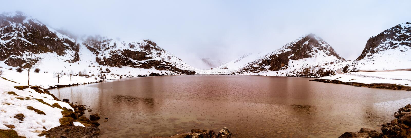 El lago Enol, Europa enarbola II, Asturias imagen de archivo