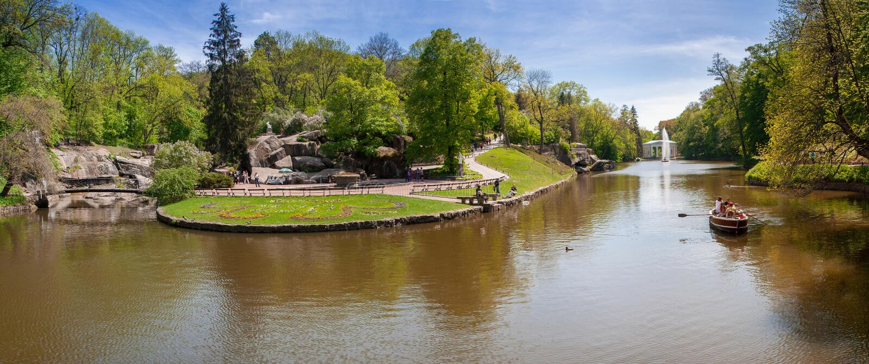 El lago escénico Parque de Sofiyivsky Uman, Cherkasy Oblast, Ucrania Sofiyivka es una señal escénica del diseño que cultiva un hu fotografía de archivo