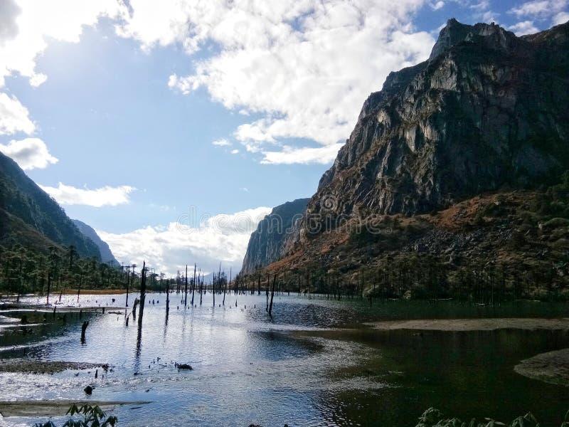 El lago famoso Sangestar también conocido como Madhuri Lake rodeada por las montañas himalayan en Arunachal Pradesh foto de archivo