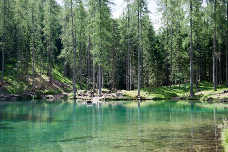 El lago fantástico Ghedina, en el ` Ampezzo de la cortina d, en las dolomías, una esquina del paraíso imagen de archivo