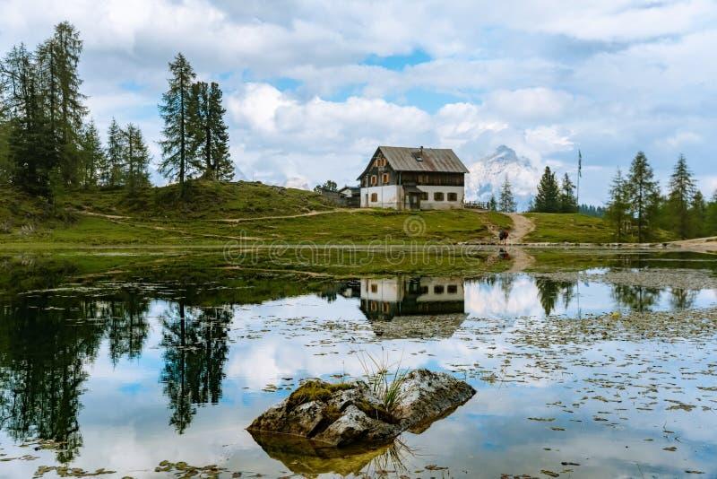 El lago Federa del verano con dolomías enarbola, ` Ampezzo, dolomías, Italia de la cortina D fotografía de archivo libre de regalías