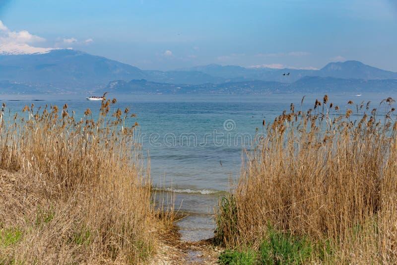 El lago Garda ve fotos de archivo