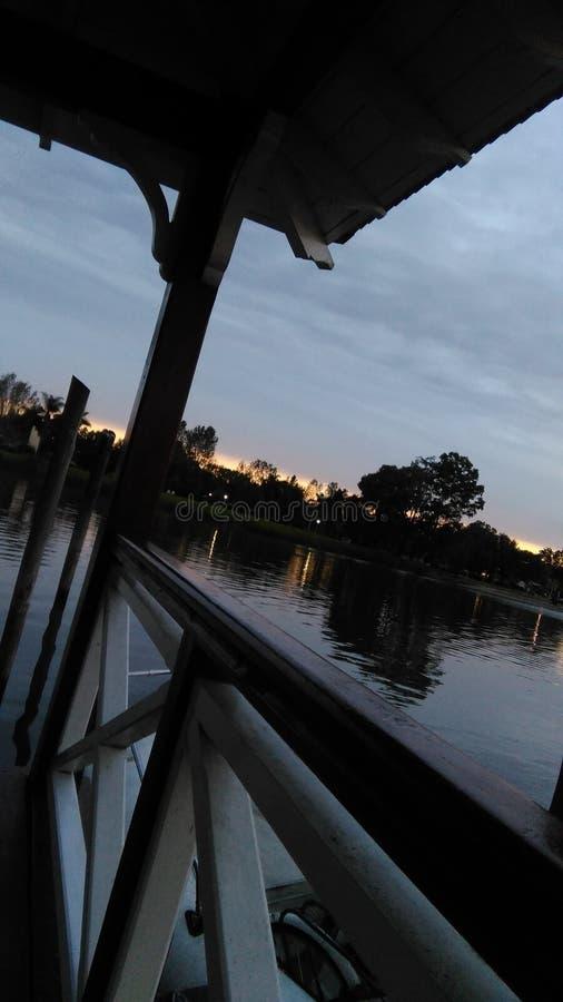 El lago hermoso detrás del muelle foto de archivo