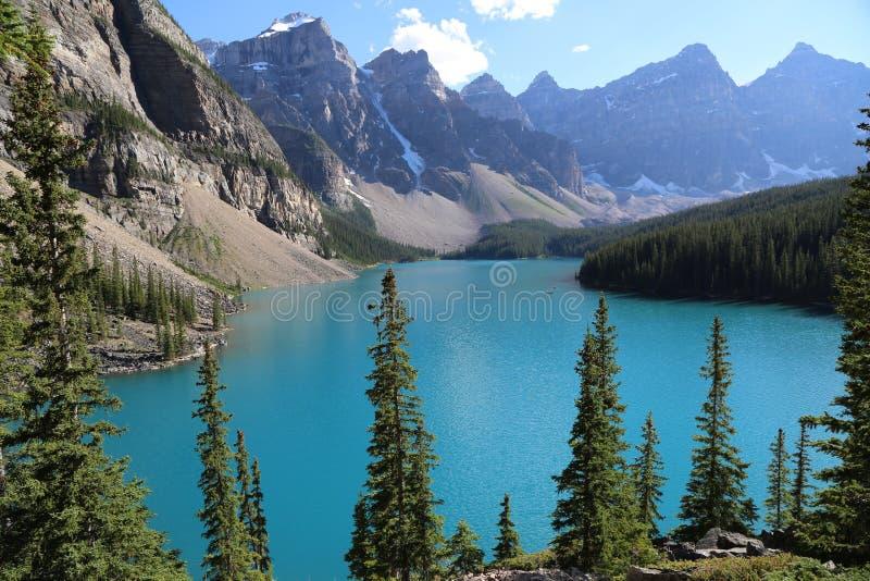 El lago hermoso moraine en el parque nacional de Banff fotos de archivo