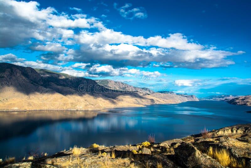 El lago Kamloops Agua y nubes imagen de archivo libre de regalías