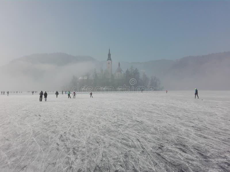 El lago mágico sangró la iglesia Eslovenia de la isla del país de las hadas del invierno foto de archivo libre de regalías