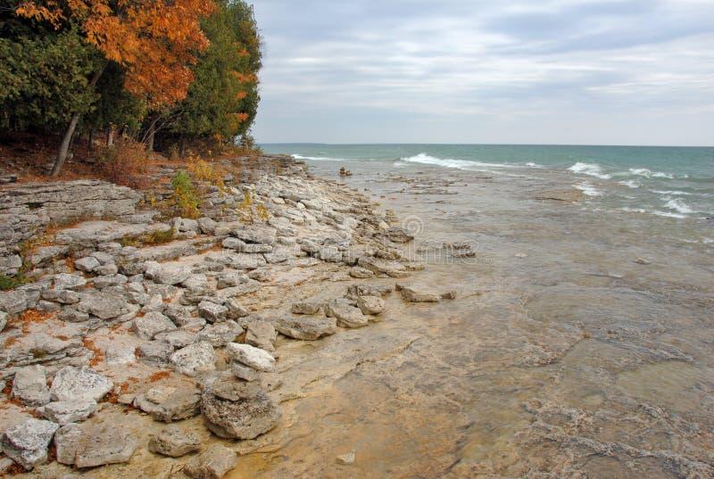 El lago Michigan agita a lo largo de costa fotografía de archivo