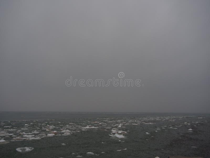 El lago Michigan congelado en el invierno, cielo gris imagen de archivo libre de regalías