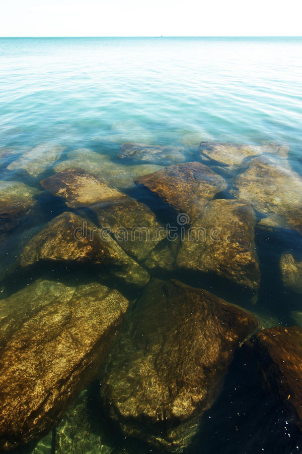 El lago Michigan según lo visto de la orilla en Chicago imágenes de archivo libres de regalías