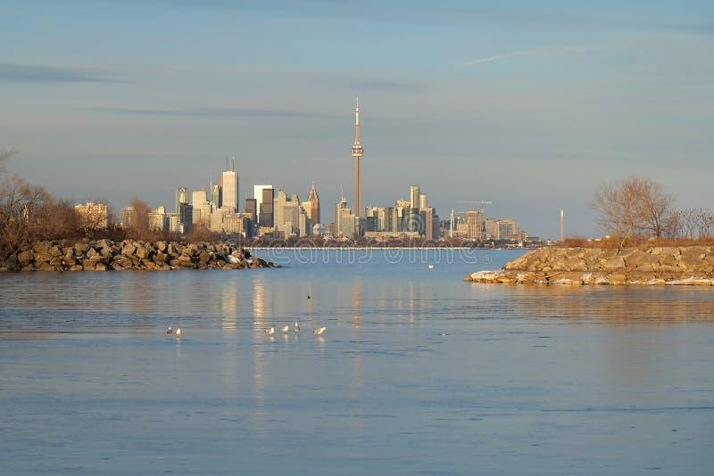 El lago Ontario en la puesta del sol con horizonte de la ciudad de Toronto y torre del NC en el fondo foto de archivo