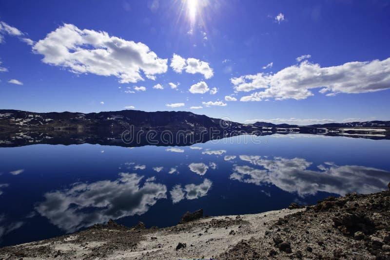 El lago Oskjuvatn en las montañas de Islandia fotografía de archivo libre de regalías