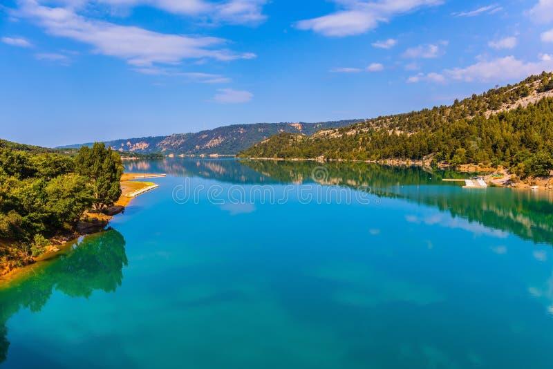 El lago Sainte-Croix-du-Verdon refleja el cielo fotos de archivo libres de regalías