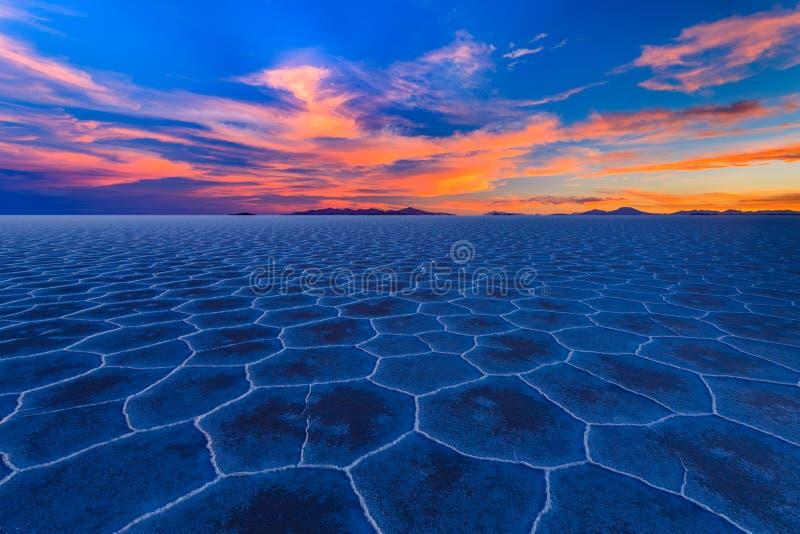 El lago salt Salar de Uyuni está situado cerca de Uyuni, Bolivia Es la sal más grande de los mundos plana fotos de archivo