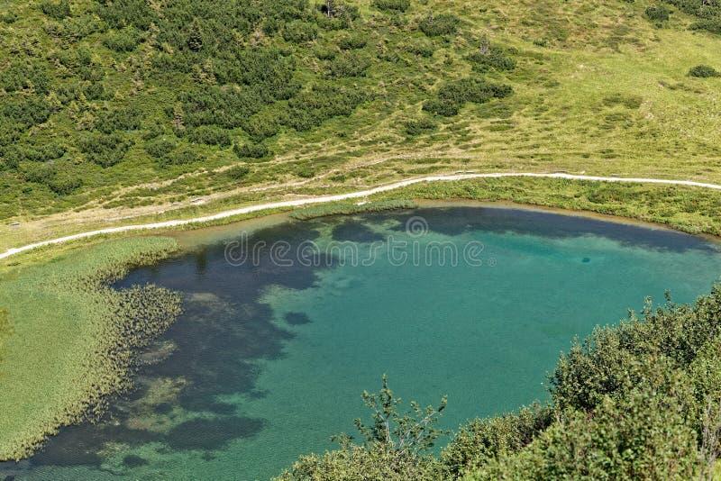 El lago Schlappolt en las montañas de Allgäu en Baviera imagenes de archivo