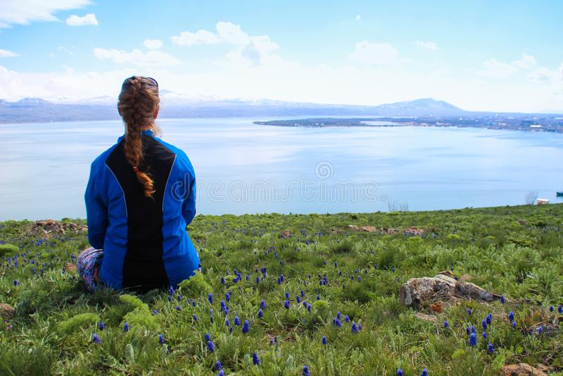 El lago Sevan es el agua de superficie m?s grande en Armenia y en la regi?n del C?ucaso Extensiones azules del agua, monta?as, un imágenes de archivo libres de regalías