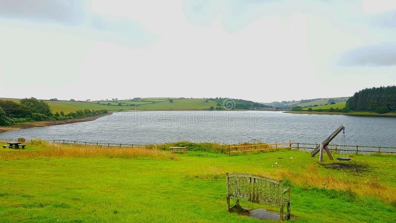 El lago Siblyback, cerca de Liskeard es rodeado por el Bodmin llamativo amarra foto de archivo