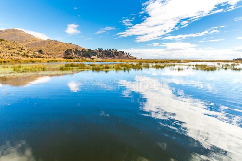 El lago Titicaca, Suramérica, situada en la frontera de Perú y de Bolivia. Sienta 3.812 m sobre nivel del mar fotos de archivo libres de regalías