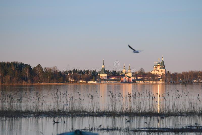 El lago Valdayskoe con el monasterio de Valday Iversky fotos de archivo libres de regalías
