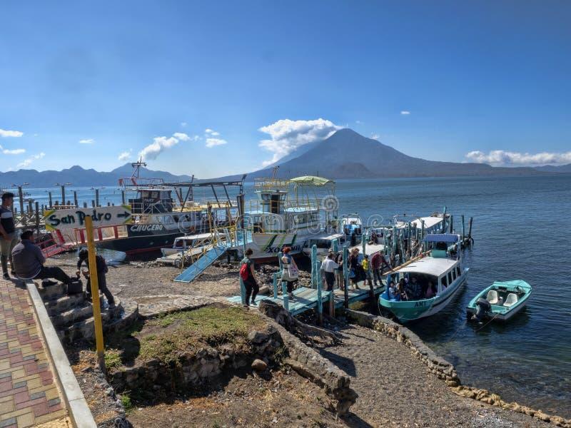 El lago volcánico Atitlan en Guatemala se considera una del más hermosa y es una gran atracción turística imagen de archivo