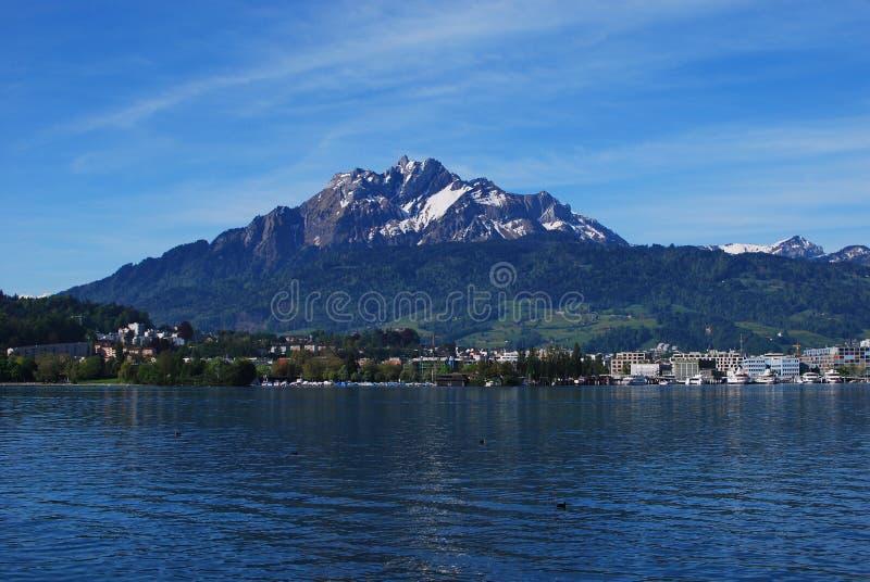 El lago y la montaña imágenes de archivo libres de regalías