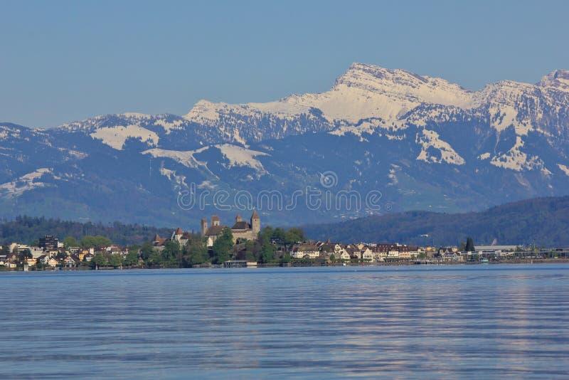 El lago Zurichsee y la nieve capsularon la montaña un Speer más grueso imágenes de archivo libres de regalías
