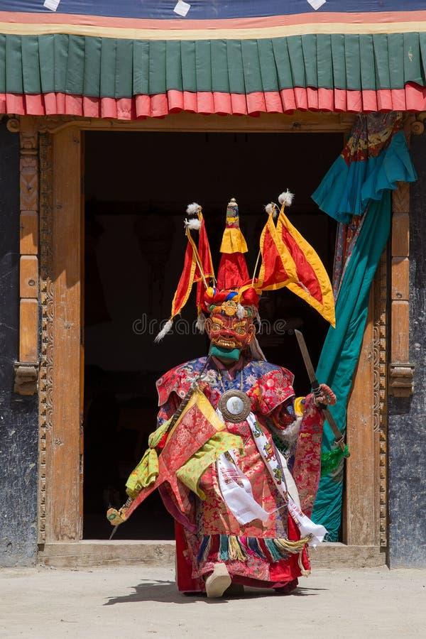 El lama tibetano se vistió en la máscara que bailaba danza del misterio de Tsam en festival budista en Hemis Gompa Ladakh, la Ind imagenes de archivo