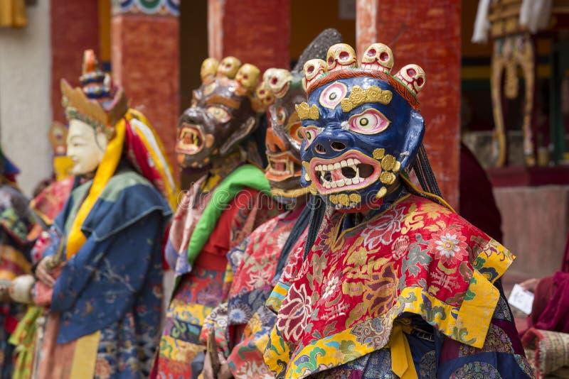 El lama tibetano se vistió en la máscara que bailaba danza del misterio de Tsam en festival budista en Hemis Gompa Ladakh, la Ind foto de archivo libre de regalías