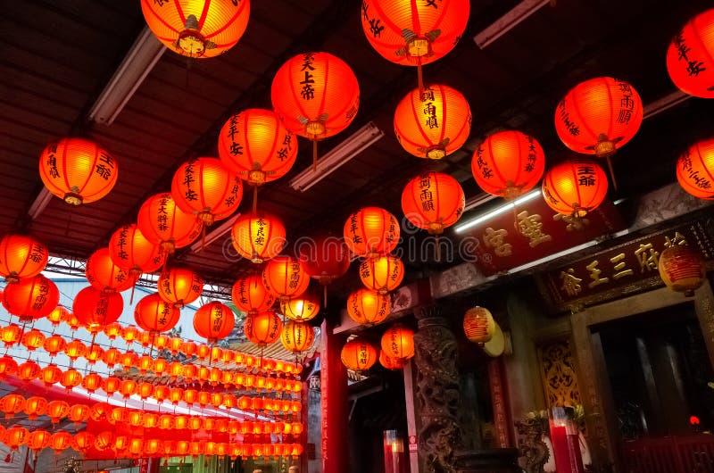 El lanterm rojo cuelga en el templo tradicional fotografía de archivo