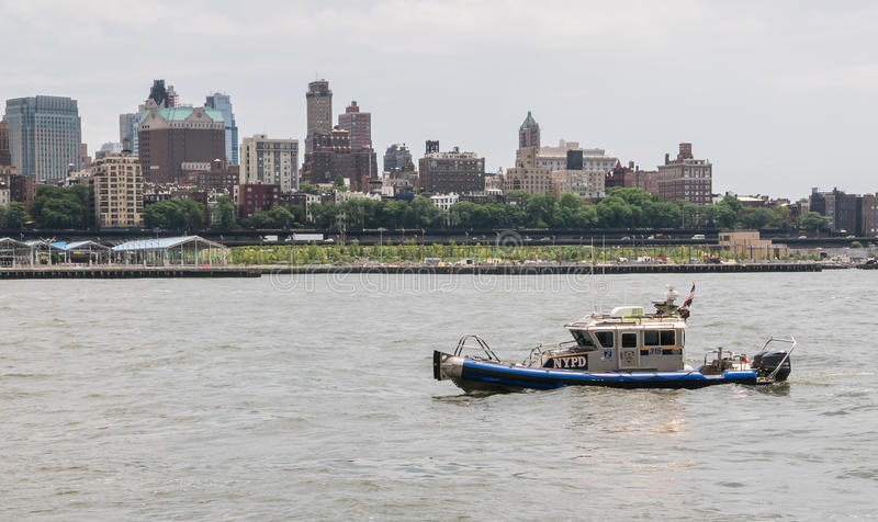 El lanzamiento de NYPD navega en East River delante del horizonte de Brooklyn foto de archivo