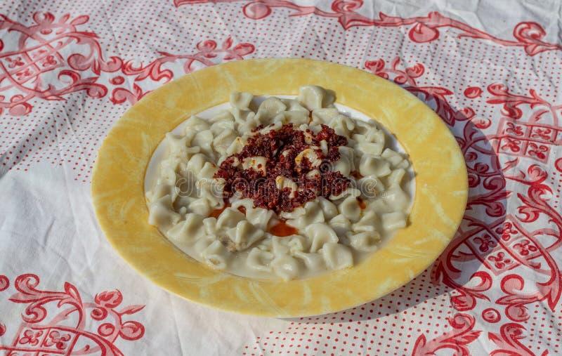 El lanzamiento del top del primer para los raviolis turcos del gusto tradicional con amarillo congregó la placa con la salsa foto de archivo libre de regalías
