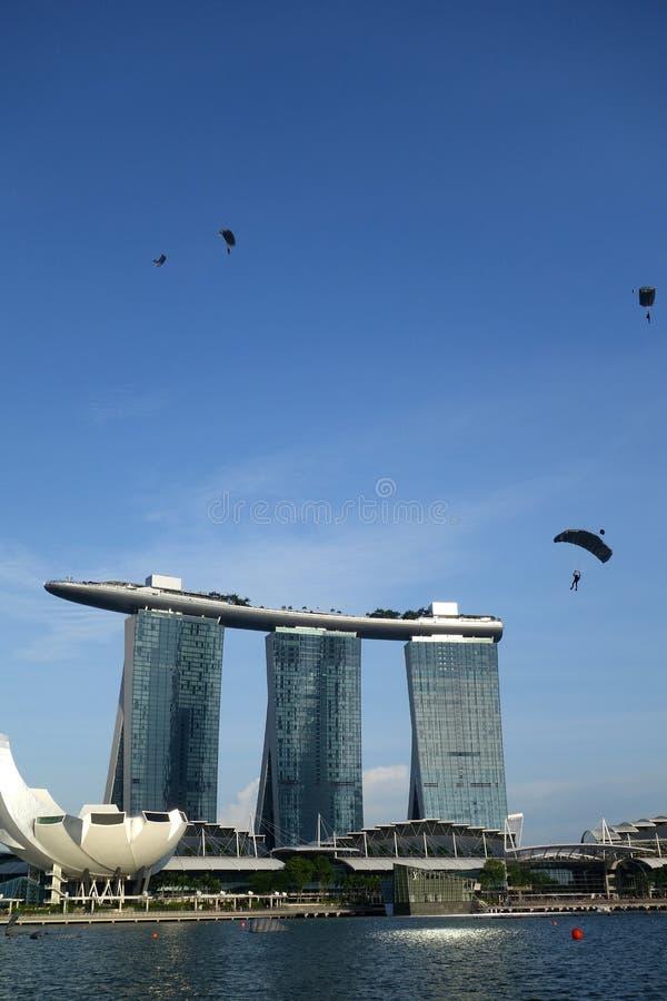 El lanzarse en paracaídas alrededor de Marina Bay Sands en Singapur fotografía de archivo libre de regalías