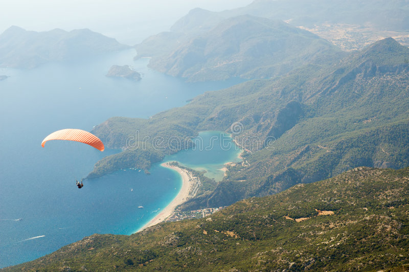 El lanzarse en paracaídas sobre paisaje marino imagen de archivo libre de regalías