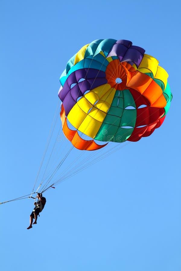 El Lanzarse En Paracaídas Sobre Un Mar Imagen de archivo - Imagen de ...