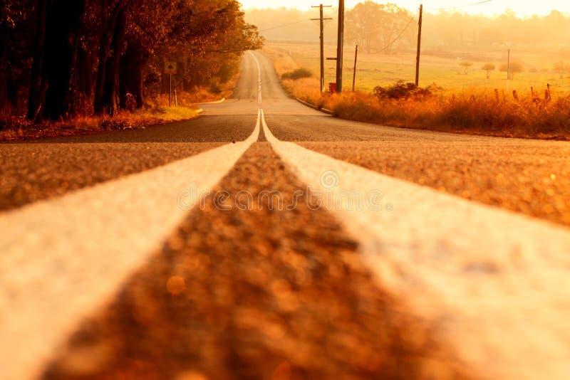 El largo camino a continuación foto de archivo