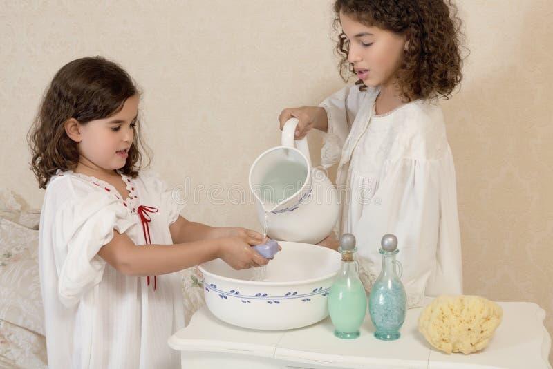 El lavarse de las muchachas del vintage imágenes de archivo libres de regalías