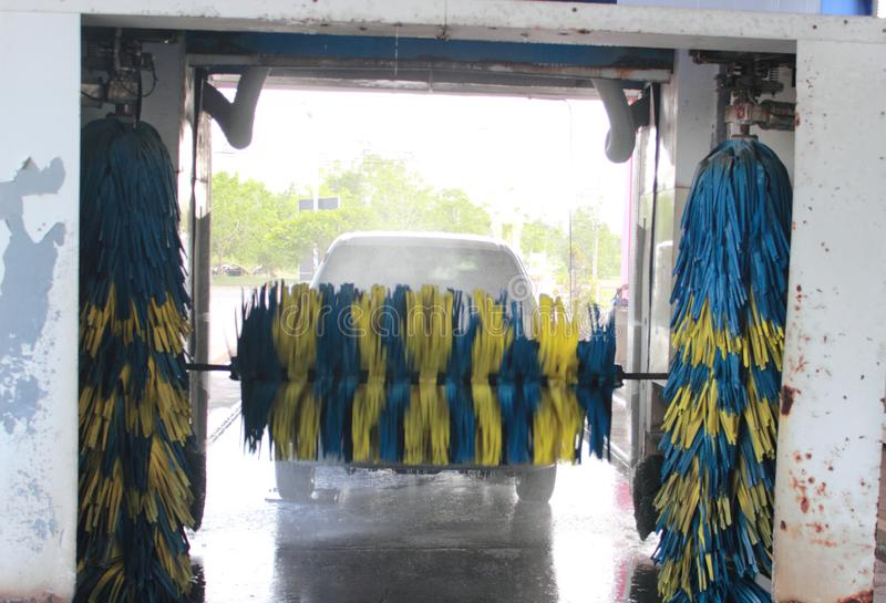 El lavarse del comienzo de la máquina del túnel de lavado imágenes de archivo libres de regalías