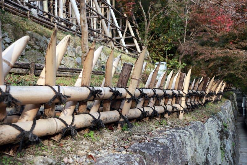 El lazo de bambú de la cerca con estilo japonés de la cuerda negra, cortó el t agudo foto de archivo