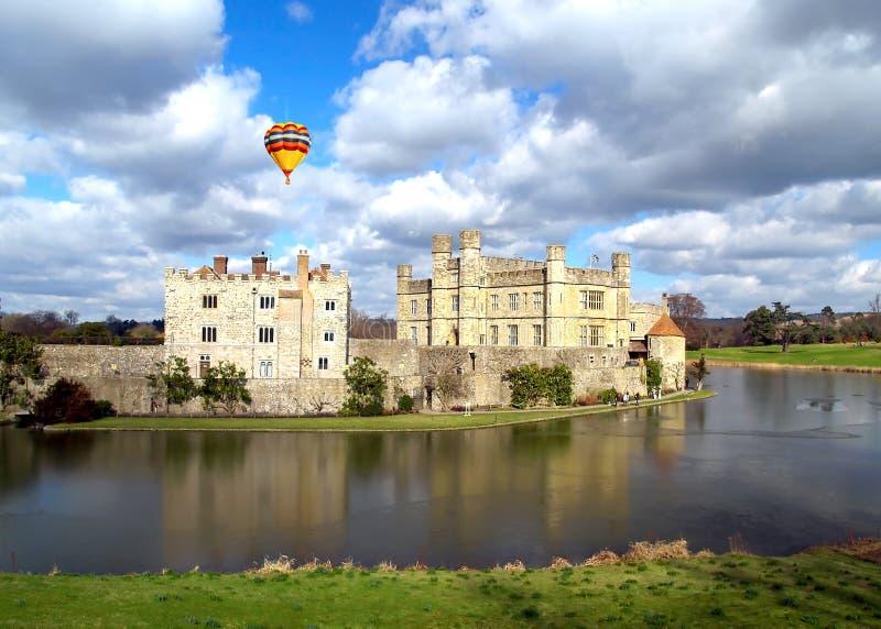 El Leeds Castle debajo del cielo soleado imagen de archivo