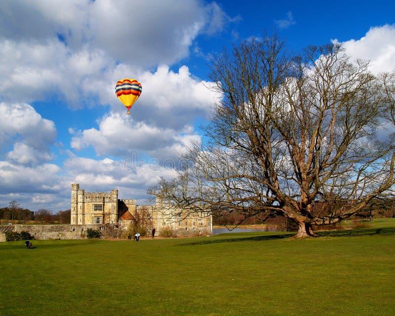 El Leeds Castle debajo del cielo soleado fotos de archivo