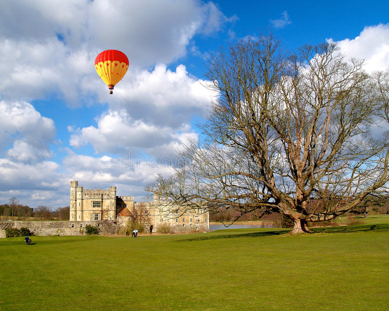El Leeds Castle debajo del cielo soleado foto de archivo