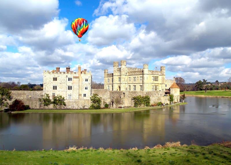 El Leeds Castle debajo del cielo soleado fotografía de archivo libre de regalías