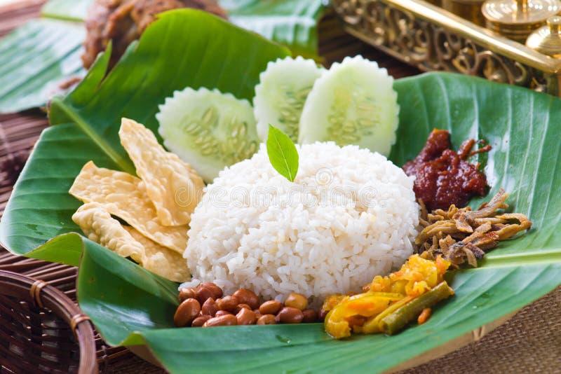 El lemak de Nasi, un plato tradicional del arroz de la goma del curry del malay sirvió encendido fotografía de archivo libre de regalías