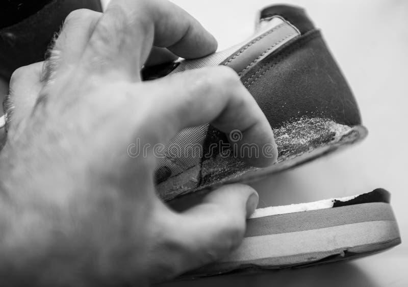 El lenguado quebrado en los zapatos del deporte lleva diariamente blanco y negro imagenes de archivo
