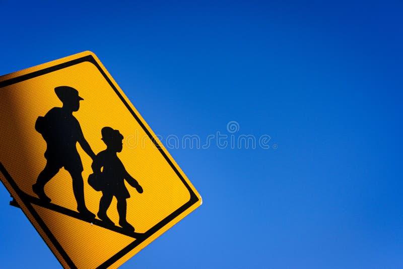 El letrero de los niños a través del camino con los fondos del cielo azul fotografía de archivo libre de regalías