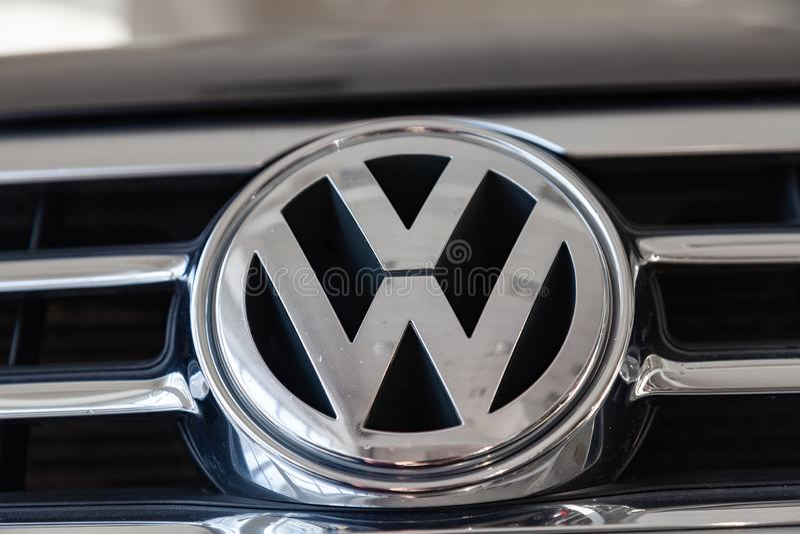 El letrero y el emblema posteriores del nuevo coche negro muy costoso de lujo de Volkswagen Touareg se coloca en la reparación qu fotografía de archivo