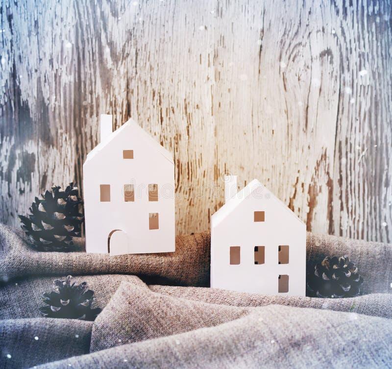El Libro Blanco de la Navidad se aloja con los conos del pino en tela de lino gris contra la perspectiva de un viejo tablero blan imagenes de archivo