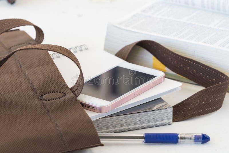 El libro de la educación en bolso se prepara va a estudiar foto de archivo libre de regalías