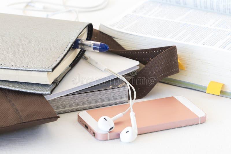 El libro de la educación en bolso se prepara va a estudiar imagen de archivo libre de regalías